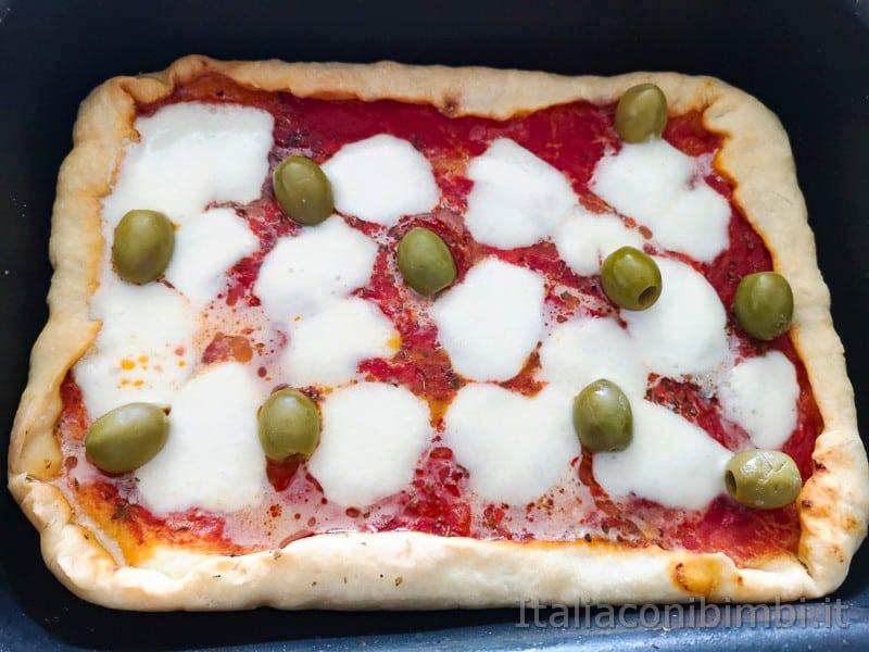 pizza fatta in casa cotta con le olive e mozzarella