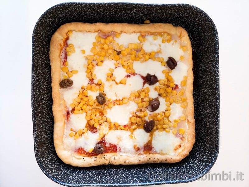 pizza fatta in casa cotta con mozzarella e mais