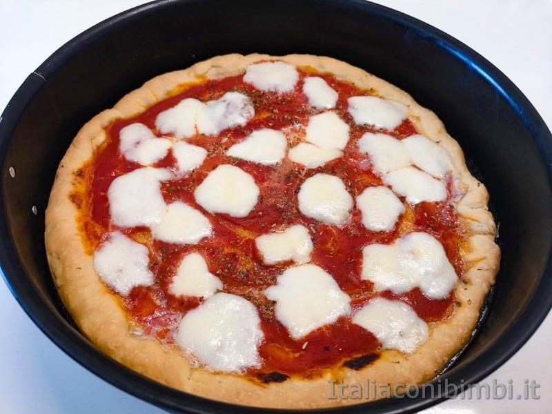 pizza fatta in casa rotonda con mozzarella