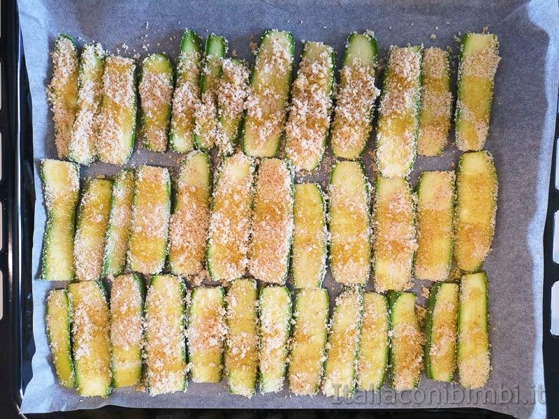 testo da forno con le zucchine tagliate ma ancora crude