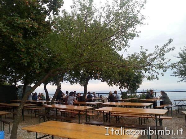 Panche in una osmiza a Trieste