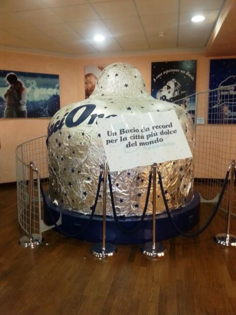 bacio gigante alla casa del cioccolato di Perugia