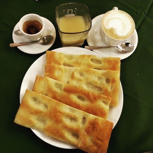 colazione genovese focaccia e cappuccino