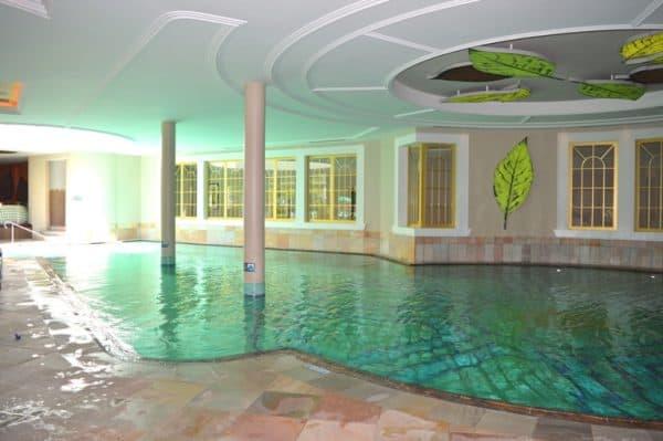 piscina interna del cavallino bianco di ortisei