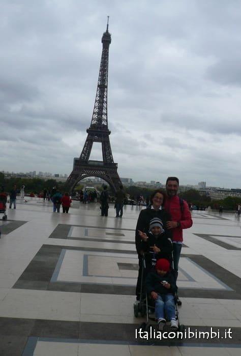 Noi a Parigi sotto la torre Eiffel