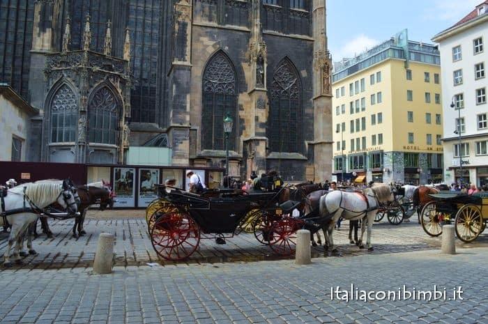 Carrozze con i cavalli sotto al Duomo di Santo Stefano tra le cose da fare a Vienna