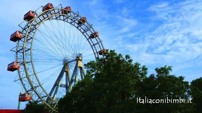 La ruota panoramica del Prater a Vienna con bambini