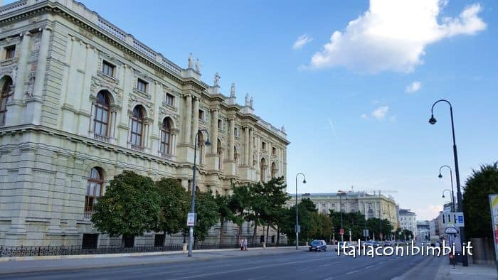 Il Tram che percorre la Ringstrasse a Vienna