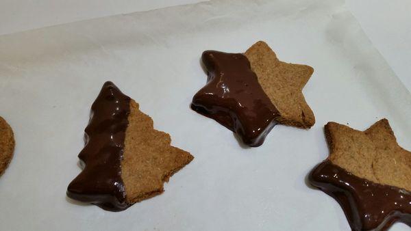 biscotti con la pasta frolla di Marco Bianchi appena ricoperti
