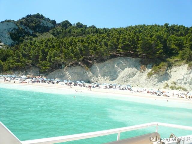 Spiaggia di Sirolo sulla Riviera del Conero con i bambini