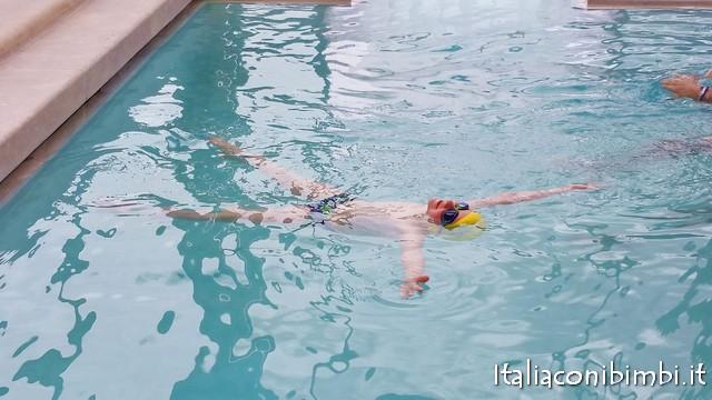 bimbi in piscina a Chianciano