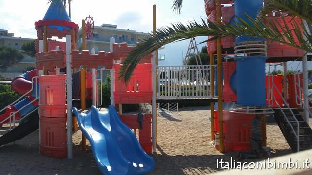 giochi in spiaggia al Villaggio vacanze a Numana de angelis di Numana con bambini