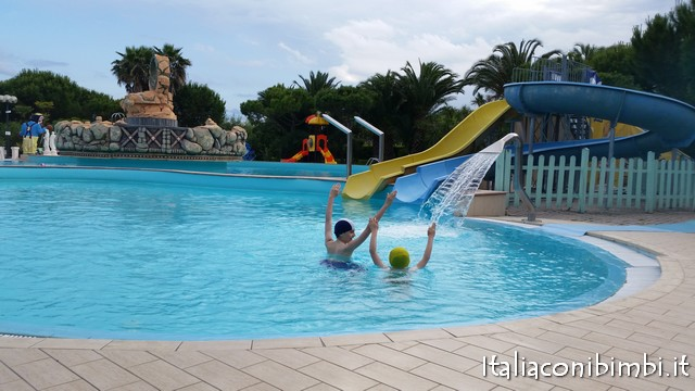 i miei bimbi in piscina al centro vacanze de angelis di Numana