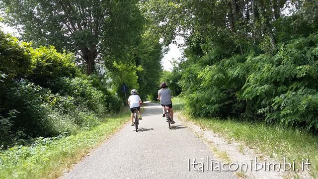 pista ciclabile Peschiera Mantova con bambini