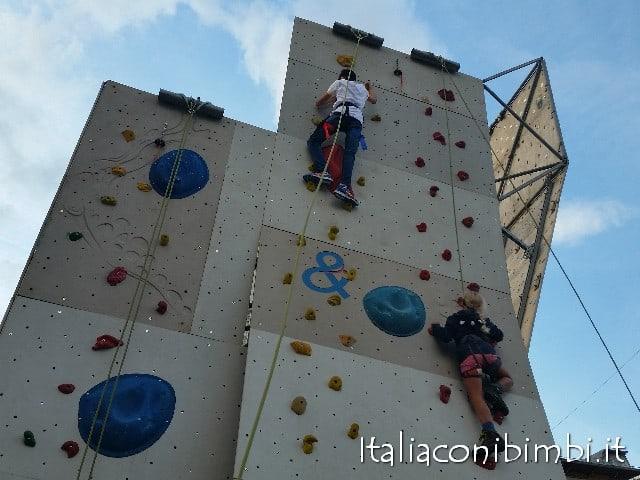 Parete per arrampicare in centro a Cortina d'Ampezzo con bambini