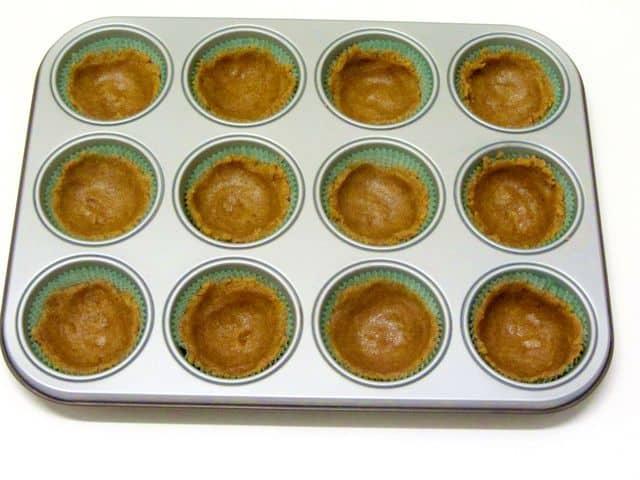 stampo-per-muffin-con-impasto-delle-crostatine-senza-burro