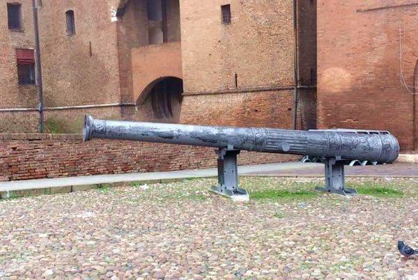 Cannone al Castello Estense da vedere a Ferrara con i bambini
