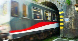 treno che entra in una galleria