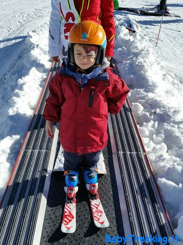 Bimbo sugli sci di BabyTrekking