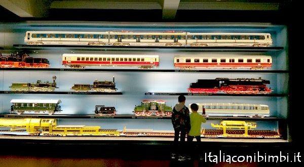 Trenini al Museo ferroviario di Norimberga con bambini