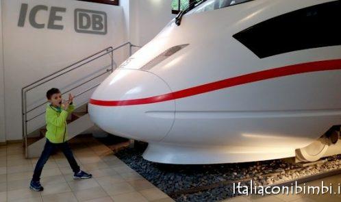 treno moderno al museo ferroviario di Norimberga