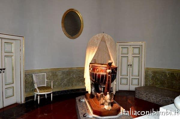 Culla di Vittorio Emanuele III da vedere alla Reggia di Caserta con bambini