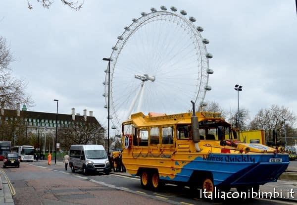 Duck Tour sotto al London Eye