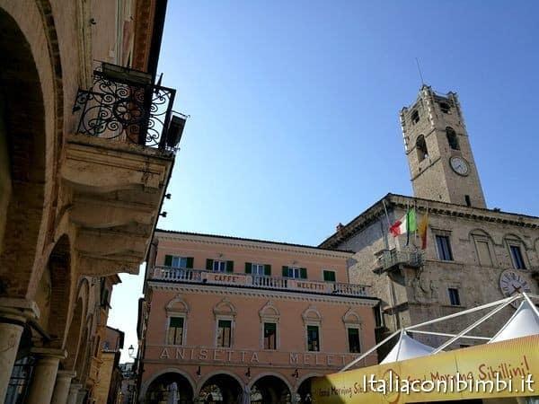 Piazza del Popolo con il padiglione good morning Sibilinni