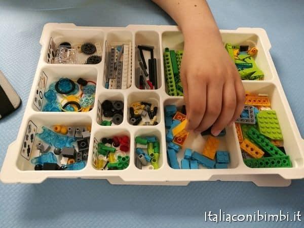 costruire un robot con i lego a Kidsbit