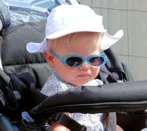 bambino in passeggino