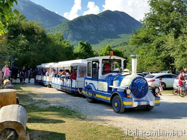 trenino alla Camosciara nel Parco nazionale d'Abruzzo con bambini