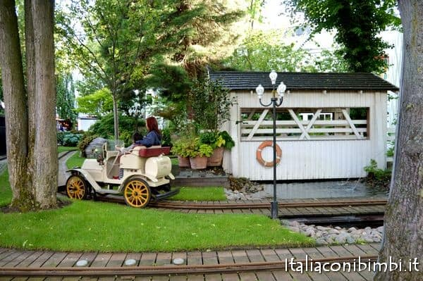 vecchie auto al Parco Tivoli di Copenaghen