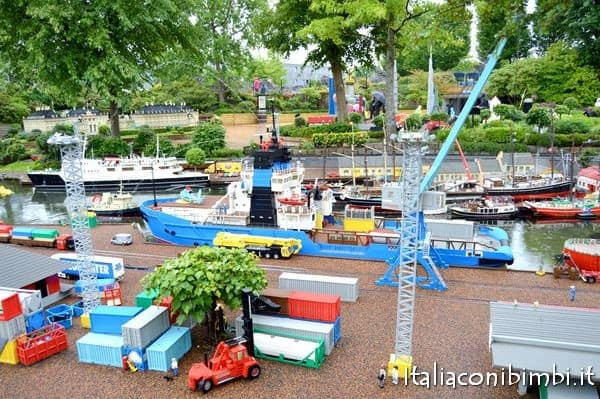 barchette sui canali a Miniland di Legoland in Danimarca