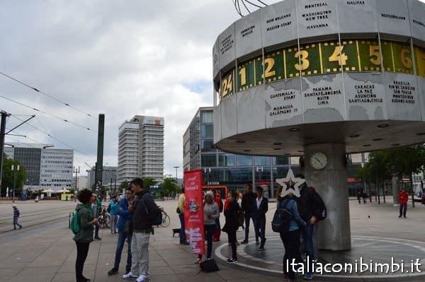 Orologio del tempo del mondo Alexanderplatz Berlino