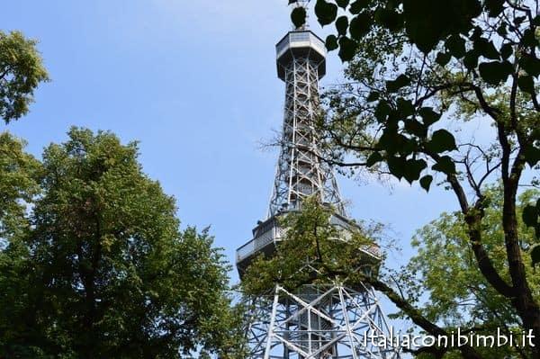 Torre della televisione sulla collina di Petřín a Praga