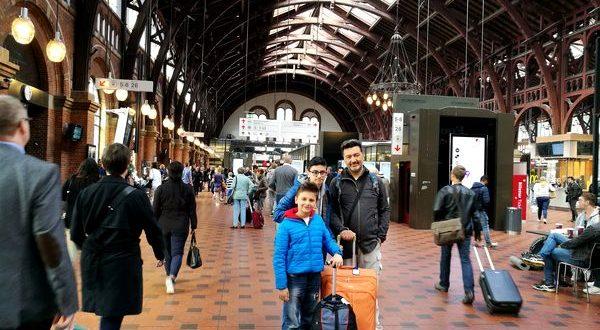 con le valigie alla stazione di Copenaghen