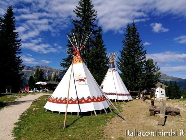 tende indiane nel nuovo parco giochi in Val Badia