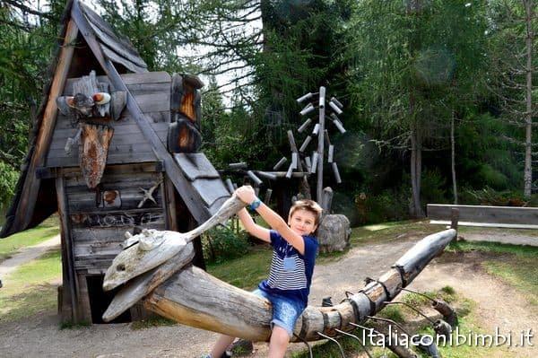 giochi di legno al Rifugio Lee in Val Badia