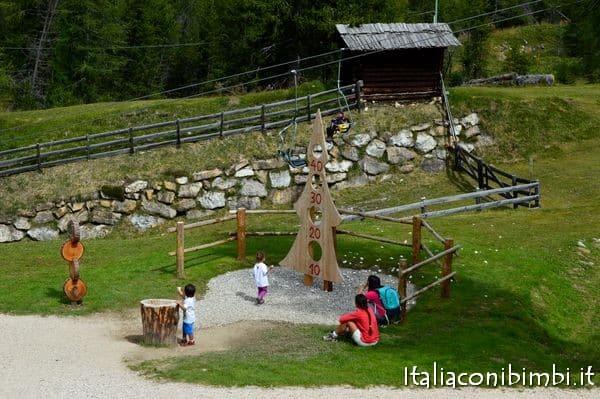 gioco sassi al Summer Park La Crusc in Val Badia