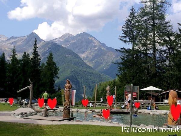 Laghetto con le zattere al Family Park di Klausberg in Valle Aurina
