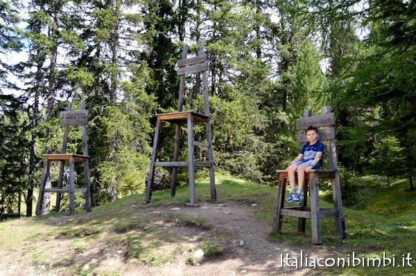 sedie giganti al Summer Park La Crusc in Val Badia