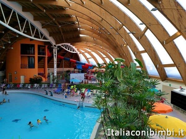 Acquaworld di concorezzo il primo parco acquatico al - Piscina al coperto con scivoli ...