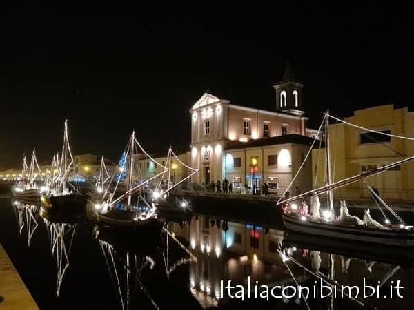 Presepe-al-porto-canale-di-Cesenatico-di-Italia-con-i-bimbi