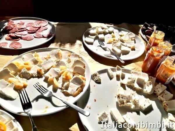 salumi-e-formaggi-al-Rifugio-Garulla-di-Amandol