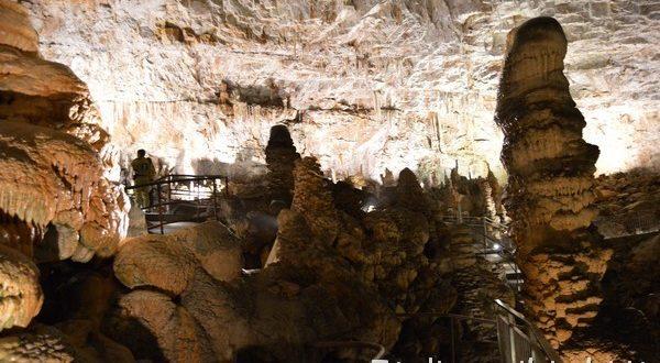 colonne di calcare nella Grotta Gigante