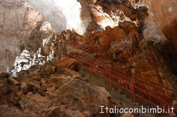 scale per scendere alla Grotta Gigante