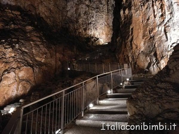 scalinata dentro alla Grotta Gigante