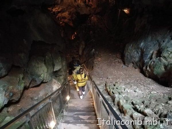 scalinata per scendere alla Grotta Gigante