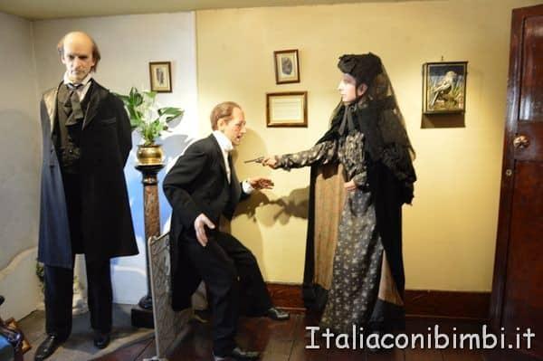 personaggi di cera nella salotto della casa di Sherlock Holmes di Londra