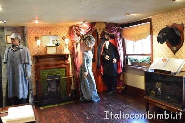 personaggi in cera nella salotto della casa di Sherlock Holmes di Londra